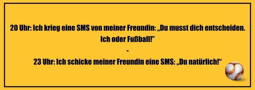 """Fußball Witze zum Totlachen: 20 Uhr: Ich krieg eine SMS von meiner Freundin: """"Du musst dich entscheiden. Ich oder Fußball!"""" - 23 Uhr: Ich schicke meiner Freundin eine SMS: """"Du natürlich!"""""""